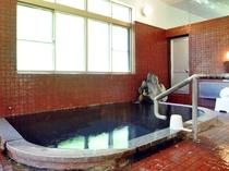 【安政の湯】お湯のしっとり感が肌つやを増し、保温効果を高めてくれます。(男湯)