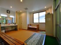 【大浴場】ベビーベッドのある脱衣所(女湯)