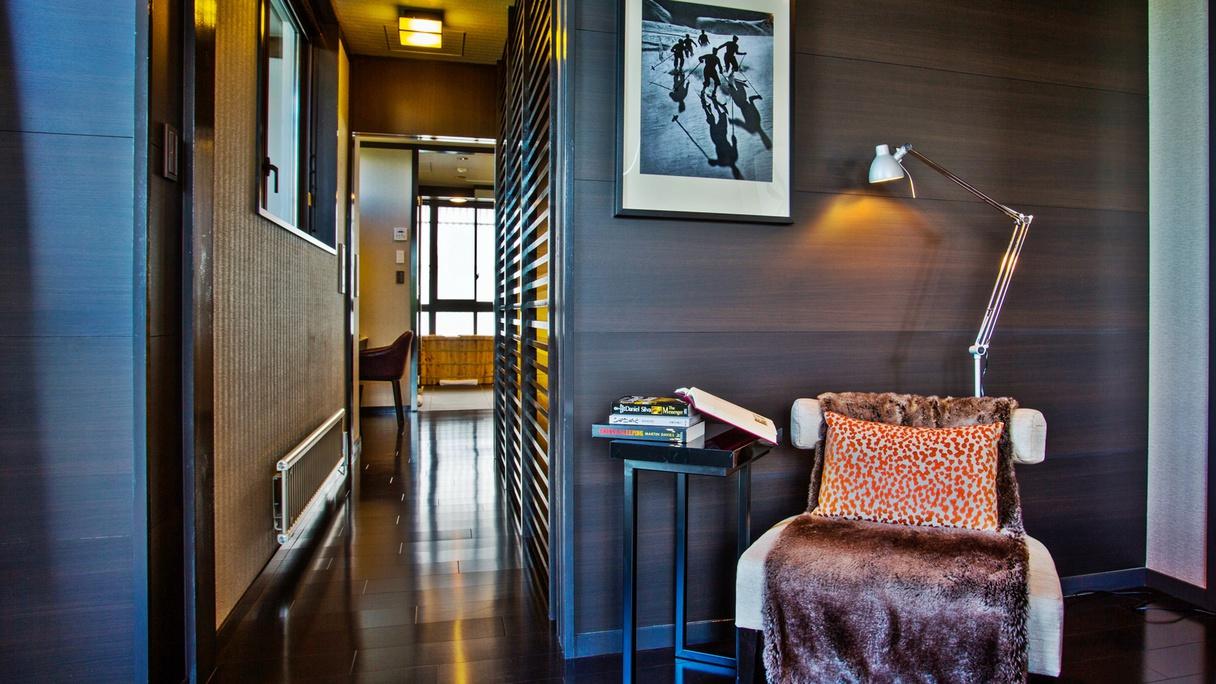 *[2階マスターベッドルーム]ゆったりとしたワードローブや読書を楽しめるコーナーも。
