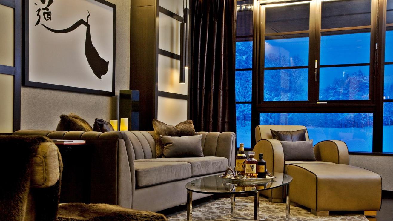 *[2階リビングルーム]冬は美しい雪景色を眺めながら、約22.2m2のリビングで優雅なひとときを。