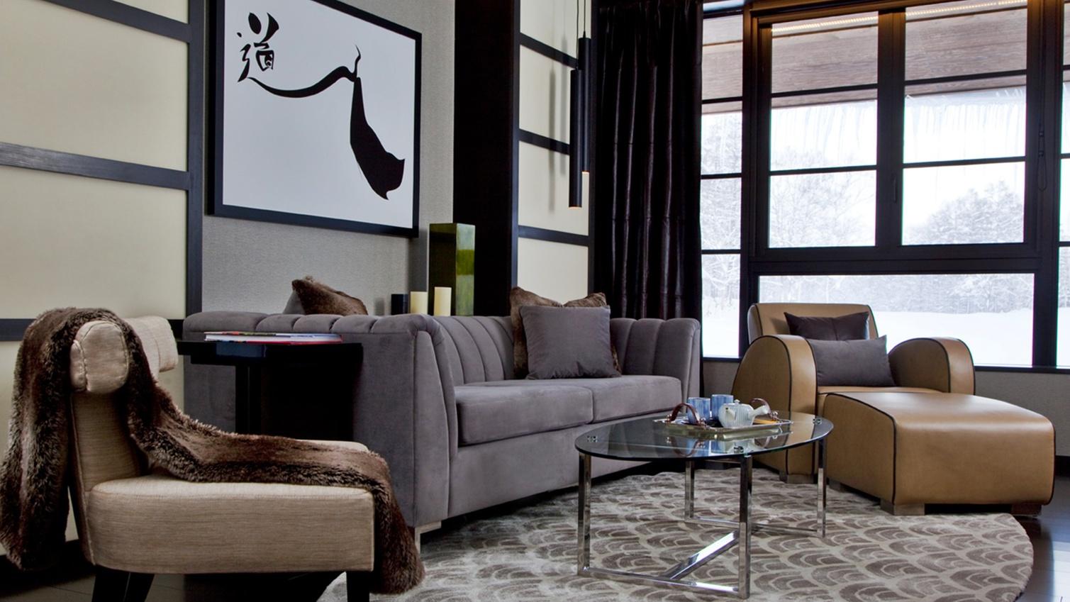 *[2階リビングルーム]豪華なカスタムデザイン家具が並ぶリビングで優雅なひとときをお過ごし下さい。