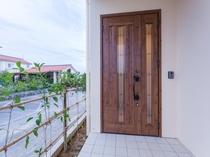 ナチュラルな仕様の玄関ドアを採用。