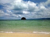 屋我地島の済井出ビーチまで小道を抜けて徒歩約5分