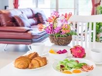 対面式キッチン付き。自分達で楽しむ気軽な朝食イメージ