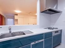 対面式大型キッチン。調理器具・食器も揃えております。