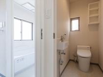 使いやすいバスルームとセパレートされたトイレルーム