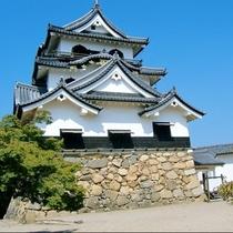 国宝に指定されている彦根城。当館から車で約1時間。お堀を遊覧する屋形船から美しさを眺めてみませんか。