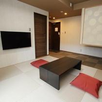 和室1F。伝統的な畳もスタイリッシュにアレンジ。可愛らしい壁紙も印象的です。
