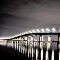 ライトアップされた「琵琶湖大橋」。徒歩や自転車でも渡れます。車で走るとメロディーが楽しめるとか?!