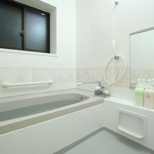 【お風呂】お部屋の浴室のカランから、シャワーから とろとろ温泉が出てきます。