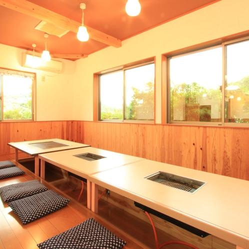 【おじゃりもうせ~】鉄板と焼肉プレートが設置された《座敷の食事処》