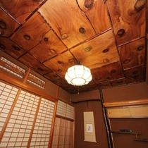 桜の木でできた天井