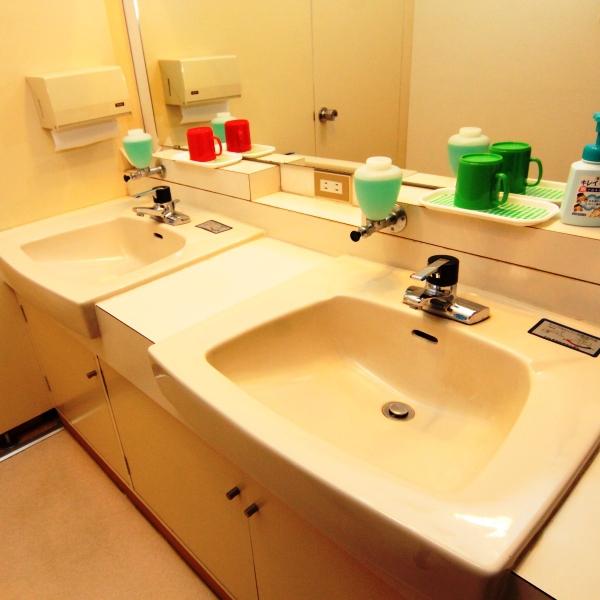 【館内】共用トイレ、洗面。気持ち良くご利用いただけるよう清掃を徹底しています。
