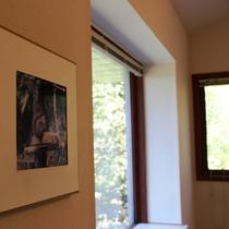 【客室】窓に映る樹々や小鳥のさえずりに心癒され、日常を忘れおくつろぎください。