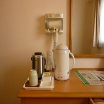 客室備品(電気ポット、湯のみ、コップ、お茶、ドライヤー)