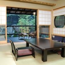 (離れの茶室宿)「弘陽亭」8畳のお部屋から専用テラスをのぞむ。