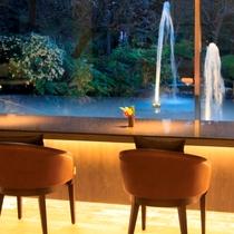 水との音とタイトアップの庭園を愉しむカウンターBar