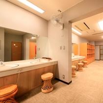清潔で開放的な大浴場(脱衣所)