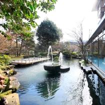 色とりどりの鯉が愉しめる庭園