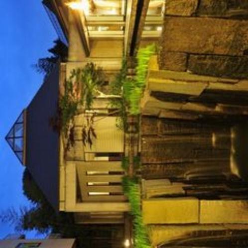 ラウンジ前より夕暮れの中庭