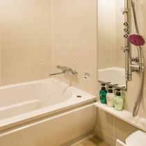 13階バスルーム(1416サイズ)。バスタブ、シャワー(オーバーヘッド・ボディシャワー)、洗い場完備