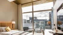 [最上階のみ]明るく開放感のある 高さ3.5mのガラス窓と 天井高