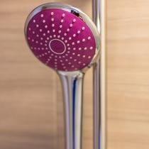 シャワーヘッド 「ドイツグローエ社製ユーフォリア」。客室毎に違う色(全5色)となっています♪