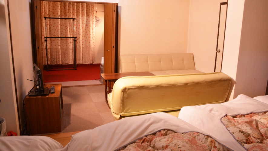 *洋室6名様用/シングルベッドとソファベッドで6名様までご利用可。ご家族・グループにおすすめ。