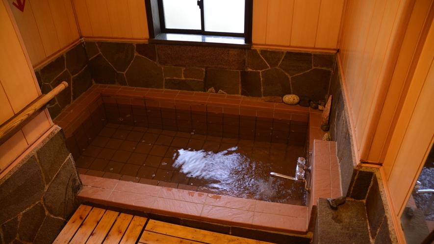 *岩風呂/お湯は人口温泉。20時以降は貸切でご利用できます。