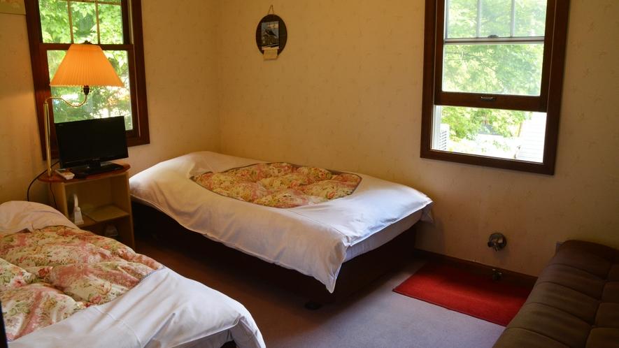 *洋室3名様用/シングルベッド2台とソファベッド1台のお部屋。