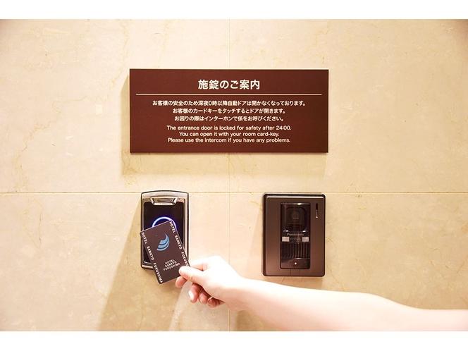 【24時以降の施錠のご案内】カードキーをかざすとロックの解除ができます