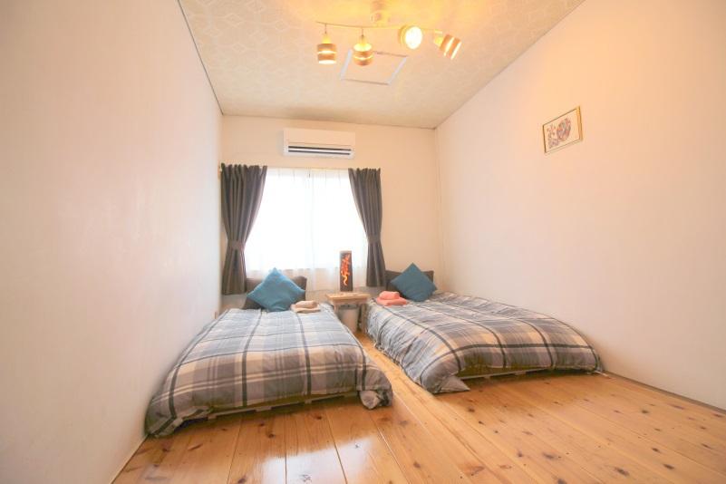 寝室3 ベッド2台 ななめビュー