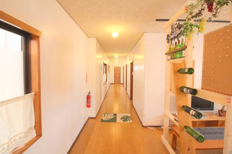 館内 入口から 廊下のビュー