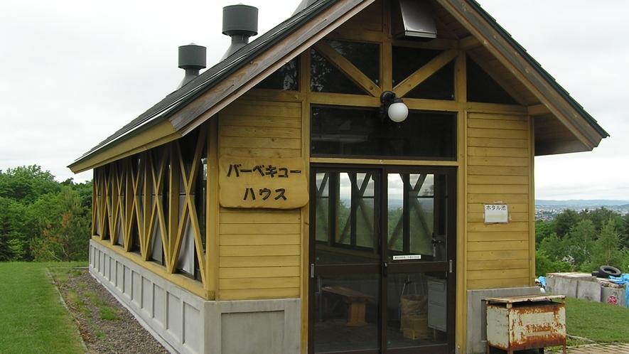 *BBQハウス/雨の日も安心♪の屋根付きスペースでBBQをお楽しみいただけます。