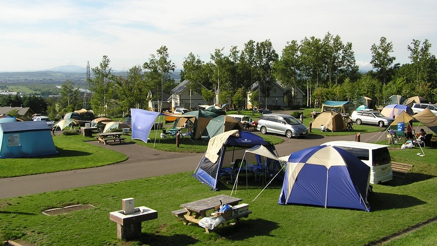 *キャンプ場内/広いキャンプ場内ではテントを張ってアウトドアを楽しむ方がたくさん♪