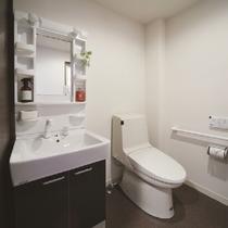 客室内の洗浄機付きトイレ