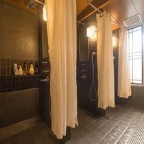 ■スタンドシャワーにはカーテンの仕切りがございます。