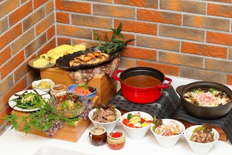【朝食一例】日替わり肉料理や焼き魚などボリューム満点!