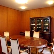 【特別室『りんどう』】ダイニング システムキッチン、冷蔵庫、食器棚がございます。