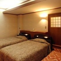 【特別室『りんどう』】ベッドルーム クローゼット、化粧台、ソファーがございます。