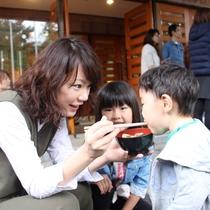 【秋の収穫祭】芋煮の振る舞いがあります!体が温まるねっ♪