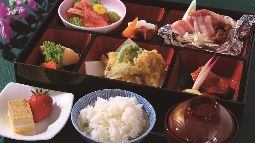 【お部屋でお食事プラン】お造り、旬の野菜の天ぷらなど7種の料理をお部屋で召し上がるプランです。