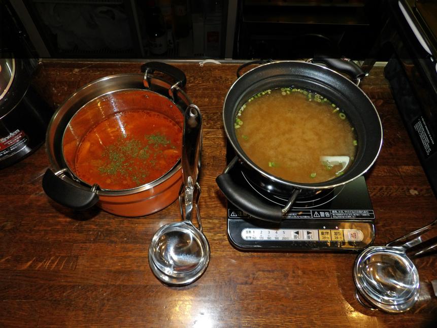 温かいお味噌汁と季節のスープをご用意しています。