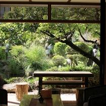 庭園を眺めながらロビーでゆっくりとおくつろぎいただけます♪