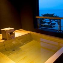貸切露天風呂「夢海」の浴槽からは大浜海岸を望む
