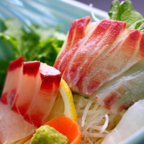お造り_主人自ら競りに立ち、厳選した美味しい旬の魚介をお造りにしてお出しします。