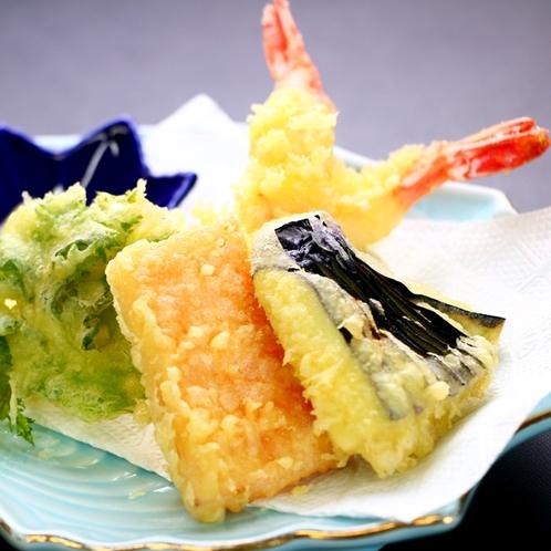 天ぷら_揚物一例。季節の野菜を天ぷらにしてお出しする場合やエビをフライでお出しする場合もあります。