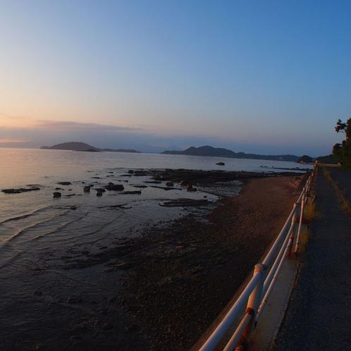 夕暮れ時の鯨道海岸をお散歩してみませんか☆