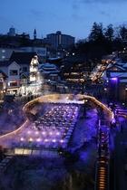 【草津温泉湯畑】(夜)標高1200mに広がる豊富な湯量と泉質のよさを誇る温泉地。