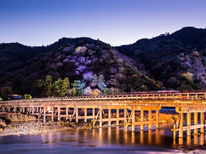 渡月橋まで徒歩5分。こちらは冬の渡月橋です。